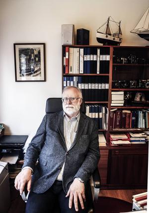Evig dragspelsmusik gör arbetssituationen ohållbar för advokat Lars Nordberg.
