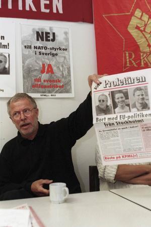 Sven Wollter, KPLM (r), håller presskonferens om valsedlarna i Stockholm 1998.