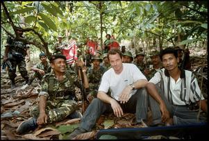 Ett självporträtt av Martin Adler från ett reportage med ledaren Abdullah Syafi and krigare i Rörelsen för ett fritt Aceh,  GAM (Gerakan Aceh Merdeka).  Gerillarörelsen hade krigat för självständighet för Aceh  från Indonisien sedan 1976.  År 2005 slöt parterna ett fredsavtal. Frilansjournalisten och fotografen Martin Adler var Nils Adlers farbror.