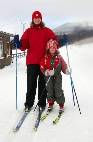 Lena och Amanda från Uppsala gillar att åka på längden och det gör man på kanonfina spår  i Tänndalen.