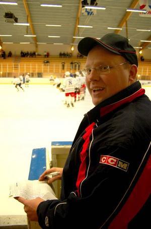 """Kalle Wik var nöjd att få coacha Hemvändarna. """"Vi har ett namnkunnigt lag – och taktiken är given: Full fart framåt ..."""", avslöjar Kalle."""