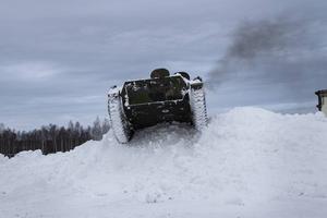 Roligast är att köra pansarvagnen förbi hinder, som över rejäla snöhögar och diken.