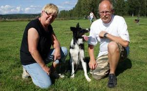 Ann-Kristin och Leif Petersson från Tomelilla i Skåne tävlar med varsinn hund. Den på bilden heter Chip.