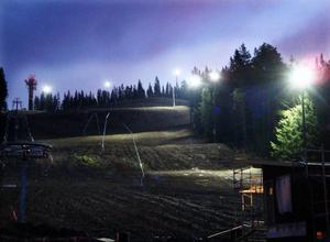 Nu testas belysningen i Ladängen och på håll ser ljuset ut som ett stort hjärta.    Foto: Jan Andersson