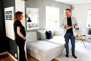Cathrin Lööf och hennes man ska sälja sitt hus i Västerås. Henric Björkman är på plats för att samla information inför annonseringen. En fotograf är även med för att ta bilder.