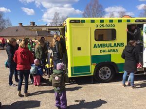 Det var kö för att få kika in i ambulansen.