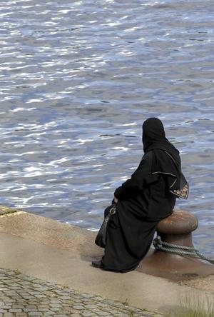 Annan fason. Den svenska och franska debatten hävdar att man ska ta seden dit man kommer. Dock har jag aldrig sett europeiskor sätta på sig slöja när de går i affärer i Dubai, skriver Bengt Rösiö.