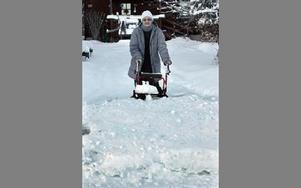 Margaretha Nilsson på Faluvägen har blivit hopplöst insnöad. – Sedan kommunen har dragit in snöröjningen kommer varken jag, sopåkaren och brevbäraren fram, säger hon.Foto: Curt Kvicker