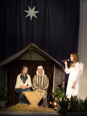 Ängeln sjunger för Josef och Maria.