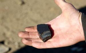 Viktigaste hjälpmedlet är den här magneten förklarar Jan-Olof Hill och tar fram den ur fickan. Är det järnmalm fastnas den, annars är det annan metall. Foto: Johnny Fredborg