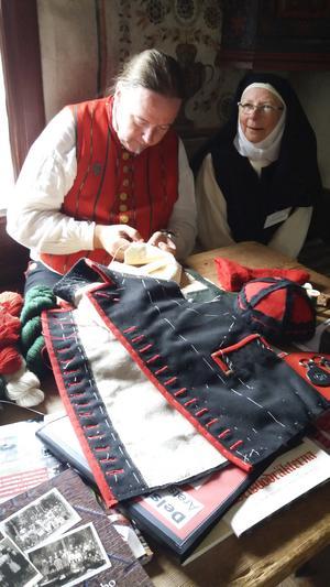 Skräddaren Pär Swedin visade hur man syr delar till folkdräkter.