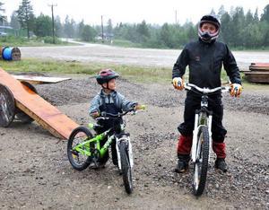 """Familjen Mårding är på semester i Lofsdalen och bestämde sig för att testa downhill för första gången. """"Det var kul fast jag inte kunde. Jag vill åka mer när jag blir större"""", säger Marcus, 6 år."""