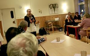 Projektledaren från regionen, Sigrid Petterssén, informerade Ramsjöborna i gamla skolmatsalen.