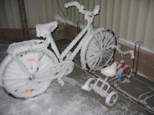 2 cyklar i vinterskrud, fotade i Strömsund.