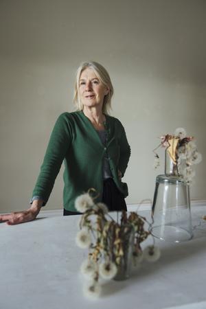Målningarna i alla ära, men det var först när Cecilia Edefalk lyfte in själva maskrosbollarna i ett av rummen på Waldemarsudde som hon fick hängningen att fungera.