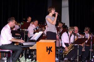 Eva Regnander och Härjedalens Storband drog i gång konserten.