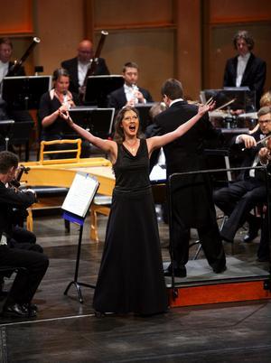 Med vilda ögon och gester svingade sig Susanne Francett upp på den extrema sopranhöjd där andra spricker men hon trivs utmärkt.