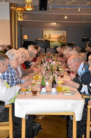 Från hela kommunen. Pensionärerna som kom till Lions pensionärsmiddag igår kom från hela Laxå kommun. Närmast kameran sitter Arne Andersson, Ulla Karlsson och Ann-Britt Svensson, alla från Tived.