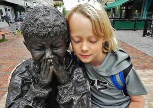 Mitt bonusbarnbarn, Caesar, kände medlidande med den lille flyktingpojken i Västerås centrum, som gråter för att han ska utvisas.