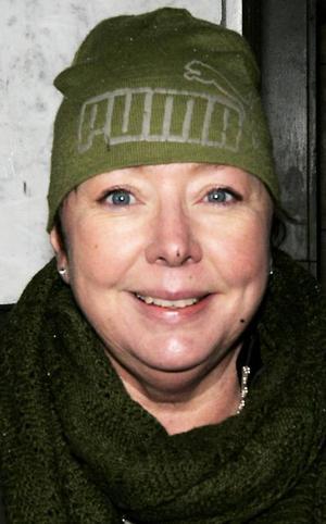 Maria Lunde, 49 år, Lugnvik:– Ja, jag plockar bort den. Jag har en plastgran. Katterna välter den varje dag, ett par gånger. Det räcker nu. Jag tar bort den efter trettonhelgen.