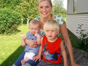 Mamma Lydia med storebror Wilgot och lillasyster Svea. Foto: Privat