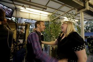 Anders Lundin skyndade sig att knipa åt sig en stor kram av Theresia Widarsson bakom scenen. Det blev en riktig