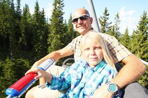 Jonas Kojan, chef Destination Funäsfjällen, med sonen Nils tog liften upp på Funäsdalsberget.