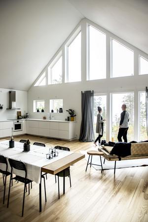 Alexandra Frank och Erik Karlsson har varit ett par i knappt tre år och under den tiden har de renoverat två lägenheter och byggt ett hus på Krokviksberget på Alnö.