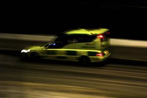 En sjuksköterska kritiseras för att ha valt taxi/bårbil som färdsätt till sjukhus i stället för ambulans då en patient ramlat och brutit lårbenet.