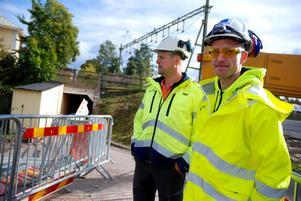 Claes Engvall, arbetsledare och Anders Marklars, platschef på Skanska berättar att Västra järnvägsgatan kommer fortsätta vara stängd för biltrafik. Det finns även risk för att en reparation av vägen behöver göras i vår.