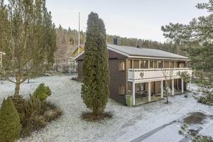 Villa i Vattjom. 900 000 kronor kostar 70-talsvillan. Huset är en souterrängvilla med många sovrum. Boarean är på 150 kvadratmeter och biarean på 65 kvadratmeter.