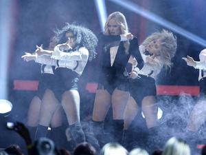 Amanda Winberg fick hosta av röken vid sitt första uppträdande under finalen, men hyllades ändå av juryn.