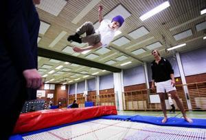 En fördel med Parkgården är att det finns en idrottshall i anslutning som ungdomarna kan nyttja. Kasper Backman passar på att hoppa studsmatta som är en del i ett projekt där ungdomarna får testa olika idrotter.