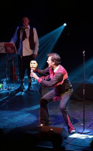 Elvis Koskinen buktalar med sin handdocka Zlatan, en höjdare i nya showen.