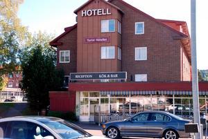 Turisthotellet i Rättvik kommer enligt avtalet med Migrationsverket att ta emot 112 asylsökande. 85 av dem kom i bussar under måndagskvällen.