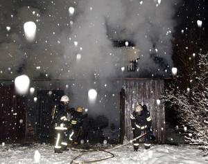 Uthuset på Norelundsvägen i Bomhus brann för fullt när brandkåren kom dit.