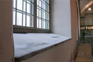 Just nu håller fönsterbänkarna på att renoveras, och det en klurig uppgift att hitta färg och marmorering som stämmer med den gamla.