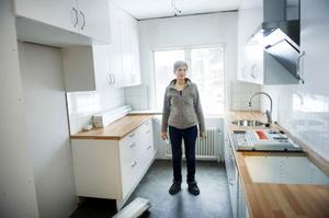 Tidigare har Lena Olovsson arbetat som legitimerad arbetsterapeut. Numera är hon utbildad licensierad LCHF-kostrådgivare.