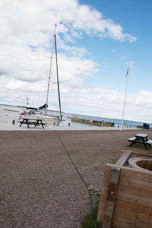 I helgen skadades segelbåten när vågorna slog in mot Furuviks gästhamn, de tre personer som var ombord klarade sig oskadda. På måndagen är den förtöjd i två grillplatser.