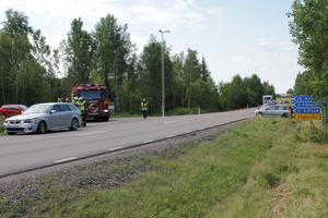 Bilen till vänster kom körande på väg 68 från Avesta när bilen till höger i diket svängde ut från Folkärnahållet och de två fordonen kolliderade.