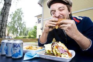 """Kurirens utsände, Ricard Harrysson försökte bli den första journalisten som klarade av att äta den 2,7 kilo tunga måltiden """"Super Atalas"""" på 45 minuter."""