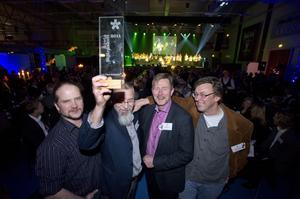 Här jublar fyra anställda/ägare från Spaxes Miljöteknik i Leksand efter att Stjärngalans deltagare röstat fram dem som årets stjärnskott och grundaren Göran Spaxes håller i vinsten