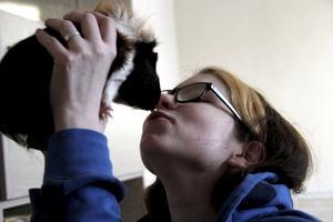 Puss. Marsvinet Fritz får en puss av Cecilia. Djur är ett stort intresse och drömmen är att få jobba med djur på något sätt.
