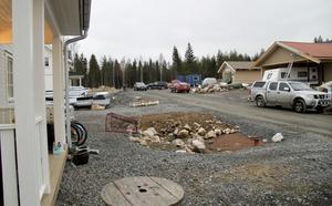 Flera villabyggen pågår efter Lilla Laggaruddsvägen och om något år kan ytterligare tio villor komma att byggas längst där borta i nuvarande skogspartiet. Villorna kommer att ligga ungefär 120 meter från Väsman.