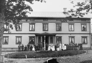 Ett gruppfoto på personal och patienter på Järvsö sjukhus taget i början av 1900-talet. I mitten står syster Anna Eriksson med en treårig flicka på armen. Syster Anna stannade bara några år i Järvsö.