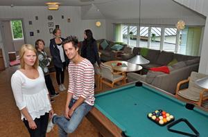 """KUL. Ett av nöjena under """"tonår"""" träffarna på fredagskvällar i missionskyrkan är biljard. Martina och """"Jocke"""" Lundqvist är ungdomsledare på träffarna, medan Filip Lindvall, Matilda Hemström och Mathilda Björk brukar delta."""