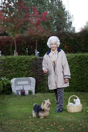 Varför? Birgit Ekblom besöker ofta graven på Norra Kyrkogården. Hon            menar att hennes mamma Marta Angerlid varken fick bra vård eller ett värdigt bemötande sin sista tid i livet.