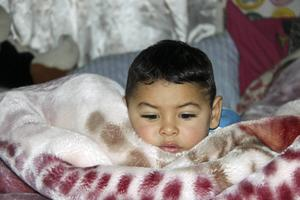 När tvåårige Rusalim vaknar har ett kraftigt snötäcke lagt sig utanför husvagnen. De enda värmekällorna utgörs av två gasolplattor.