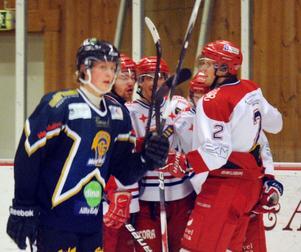Richard Mårtens, inlånad från Hudiksvalls J20, deppar efter ett Avesta-mål.