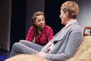 Mamma som inte längre är mamma. Dottern (Susanne Hellström) måste hantera sin egen irritation och sorg, och mammans (Maria Selbrin)